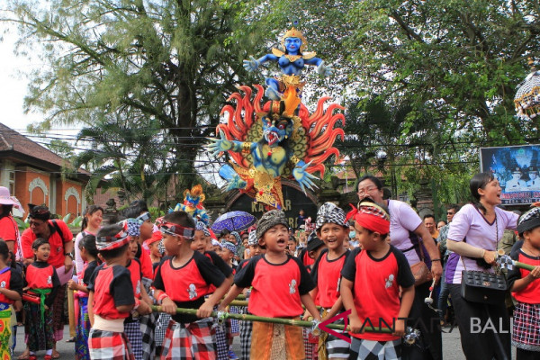 Anak TK Jembrana awali parade ogoh-ogoh (video)
