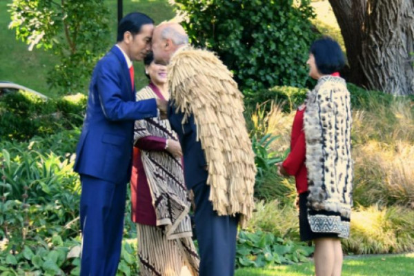 Presiden Jokowi beradu hidung dengan suku Maori