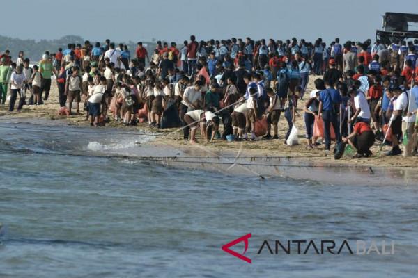 Gema Bakti Pramuka Badung bersihkan sampah pantai