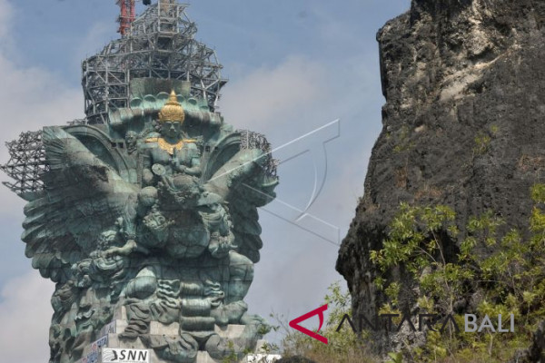Pemasangan Mahkota Patung GWK