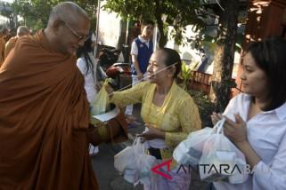 Umat Buddha Denpasar ikuti tradisi Pindapatta