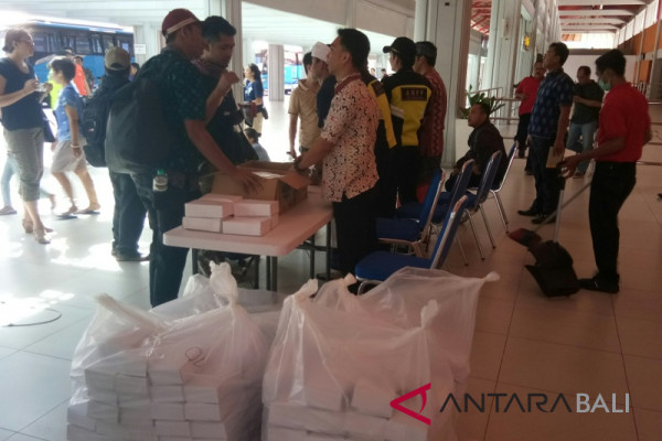 Bali Airport serves free snacks, musical entertainment
