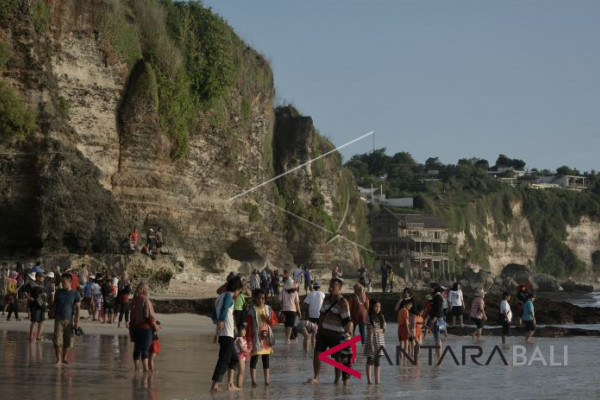 Dreamland beach attracts tourists during long holidays