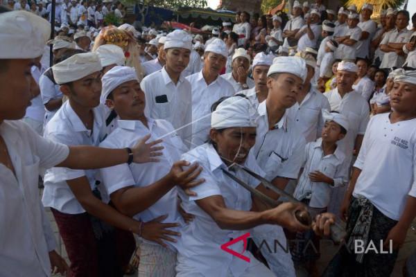 Tradisi Ngerebong di Bali
