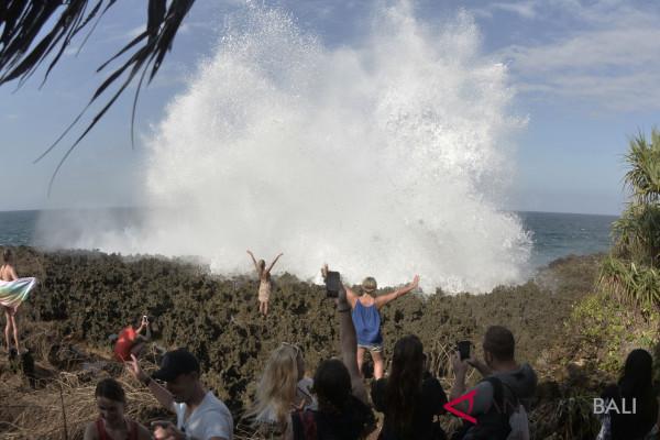 WIsatawan tetap kunjungi pantai Waterblow Bali