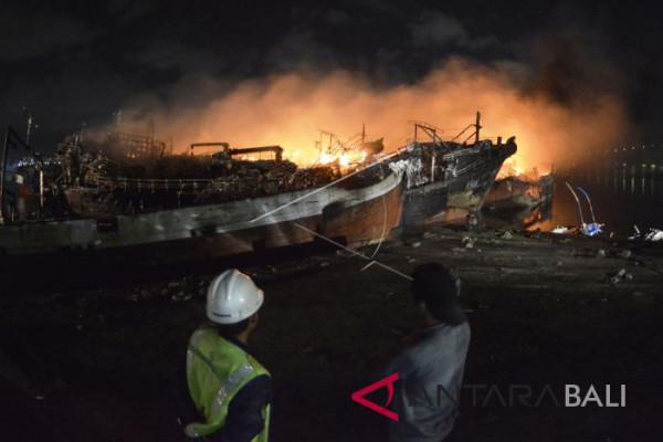 Foto - Kebakaran Kapal Benoa Belum Padam