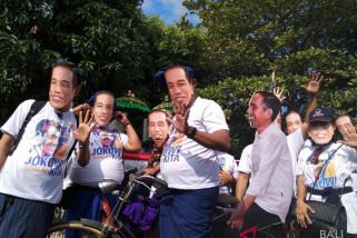 Pakai topeng Jokowi caleg Nasdem daftar ke KPU Bali video
