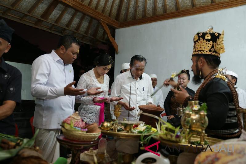"Bupati Mahayastra ikuti ritual ""Bayuh Sapuh Leger"""