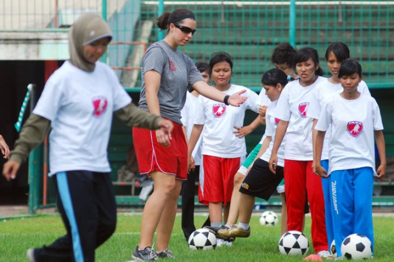 Indonesian women`s soccer team beats Palestine 2-1