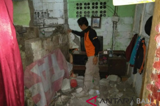 Earthquake damages houses in Jembrana
