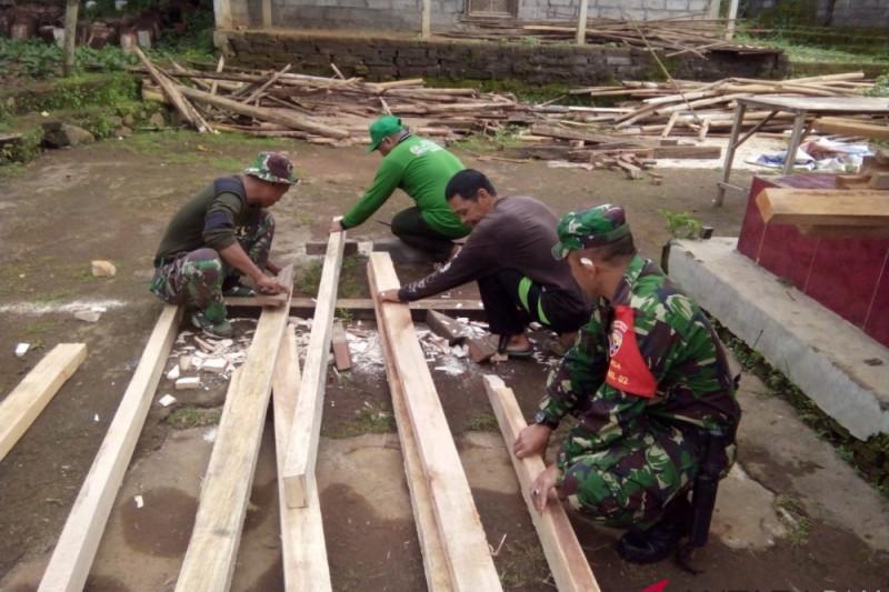 Koramil 1610-02/Banjarangkan perbaiki rumah warga kurang mampu
