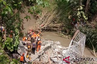 Rescuers evacuate five landslide victims in Bali
