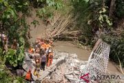 Rescuers evacuate five landslide victims in Bali