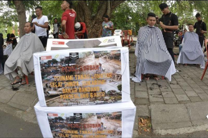 Cukur rambut untuk donasi bencana