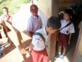 Tiga siswa SD Negeri Tanjung Ilir, Kampung Sayar, Kecamatan Taktakan, Kota Serang, Banten, sedang menggotong bangku saat hari pertama masuk sekolah, Senin (11/7). Berdasarkan data Dinas Pendidikan Banten tahun ajaran 2011/2012 sebanyak 3.319 ruang sekolah dasar rusak dalam kondisi rusak berat, dan 14.213 ruang lainnya rusak ringan dan sedang. FOTO ANTARA/Asep Fathulrahman/11