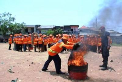 Warga Tambora dan Cengkareng Berlatih Padamkan Kebakaran