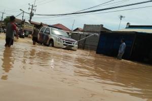 Gubernur Banten Kunjungi Korban Banjir Bandang Carita