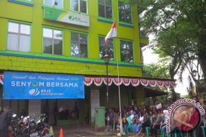 "Pegawai BPJS Ketenagakerjaan Pakai Adat Peringati ""Hari Pelanggan Nasional"""