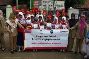Alfamart Salurkan Paket Sekolah kepada Siswa Pagedangan