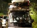 Warga duduk di atas barang yang diangkut menggunakan mobil bak terbuka di kawasan jalan Priyai, Kasemen, Kota Serang, Banten, Senin (20/3). Selain dapat membahayakan diri sendiri perilaku tersebut juga dapat membahayakan pengguna jalan lainnya. ANTARAFOTO/Siti Cahaya Bestari/Asep Fathulrahman/17
