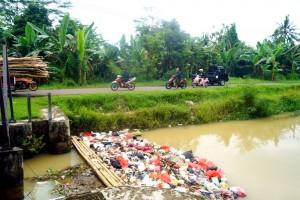 Sampah Menumpuk Di Sungai