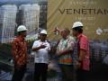 Wakil Walikota Tangerang Selatan Benyamin Davnie (kedua kiri) berbincang bersama President Director PT. Hong Kong Kingland Timothy Chang (kiri), Marketing Director Bambang Sumargono (kanan) dan Konsultan Arsitektur Michael Kierzkowski (kedua kanan) seusai melakukan seremoni peletakan batu pertama The Venetian Kingland Avenue di Serpong, Tangerang Selatan, Banten, Rabu (3/5). Proyek senilai Rp. 5 Trilyun yang dibangun diatas lahan seluas 2,2 hektar ini nantinya  akan memiliki konsep 5 in 1 mixed use deploment dimanan nantinya akan terdiri dari apartemen, gedung perkantoran, condotel, commercial retail dengan landscape green lush garden. ANTARA FOTO/Muhammad Iqbal/17