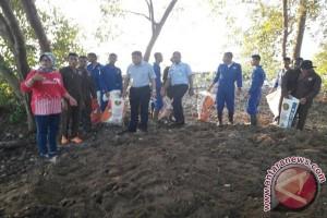 Taruna STP - Warga Bersihkan Sampah Pantai Karangantu