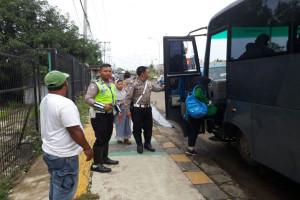 Anggota Polres Cilegon Angkut Penumpang Terlantar