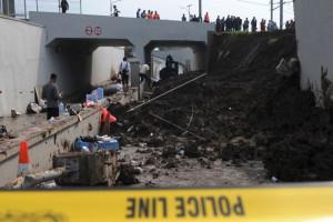 Garis Polis Di Lokasi Terowongan Longsor Bandara Soetta