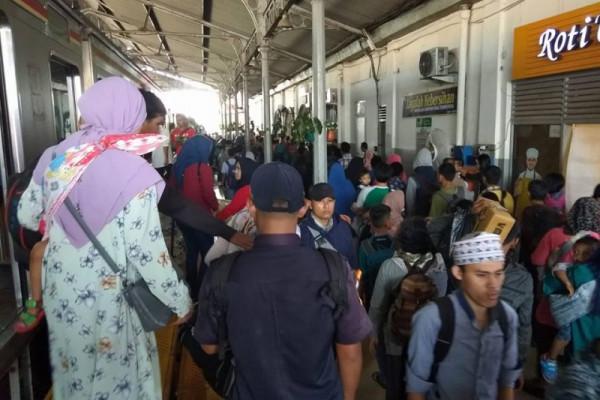 Arus Balik - PT KAI Bantah Satu Gerbong Diisi 800 Orang