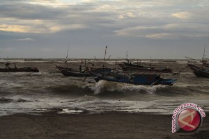 DKP Ingatkan Nelayan Waspadai Gelombang Tiga Meter