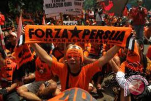 Suporter Persija Bentrok Dengan Polisi