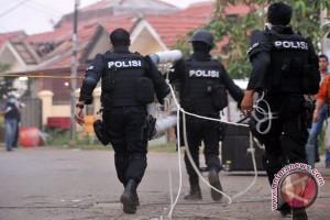 Petugas Ledakkan Ransel Milik Penyerang Brimob