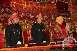 Pimpinan Rapat Paripurna HUT Bengkulu Pakai Baju Adat