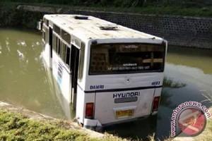 Mobil Damri masuk saluran irigasi di Mukomuko