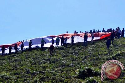 Ribuan pendaki Bukit Kaba kibarkan bendera raksasa