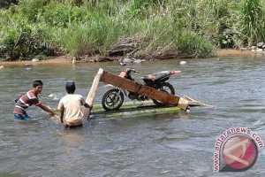 Desa Sinar Pagi Seluma terisolir akibat jembatan putus