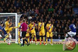 Everton naik peringkat tiga meski berbagi poin atas Palace