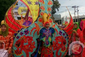 Ribuan orang ikut kirab batik besurek Bengkulu