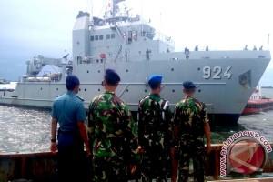 KRI Leuser Isi Logistik di Bengkulu