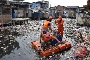 Acep Nyaris Dikeroyok Massa Setelah Kepergok Buang Kasur Bekas Ke Saluran Air