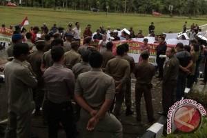Puluhan Masyarakat Demo Di Kantor Bupati Mukomuko