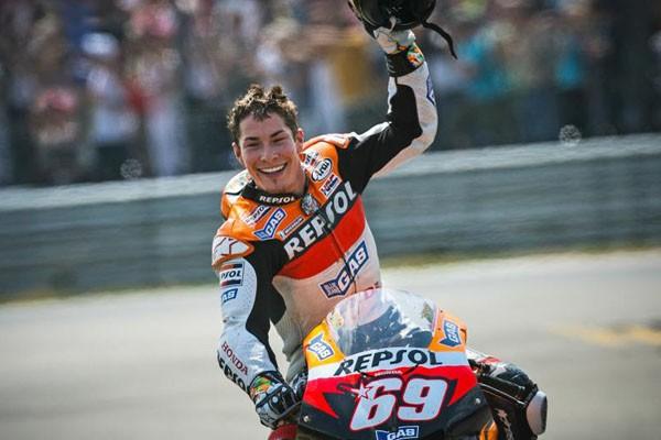 Mantan Juara MotoGP Hayden Tertabrak Mobil
