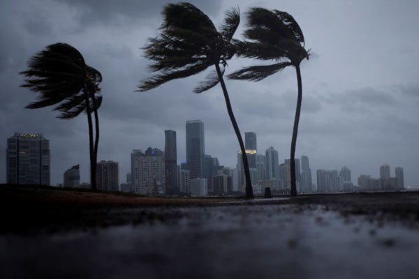 Lebih dari seribu warga masih hilang setelah badai Michael