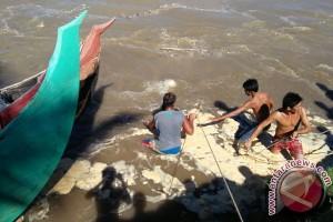 Nelayan Mukomuko Evakuasi Perahu Tertimbun Longsor