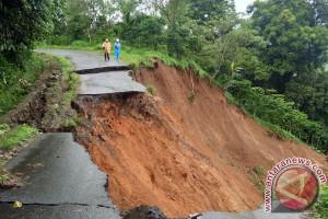 Longsor Putuskan Jalan Bengkulu Tengah-Kepahiang