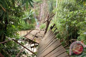 Puluhan Pelajar Terjatuh Akibat Jembatan Gantung Putus