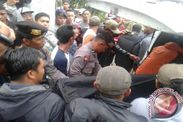 Tim Evakuasi Mayat Dari Kawah Bukit Kaba