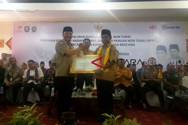 Menteri Sosial serahkan bantuan PKH di Bengkulu