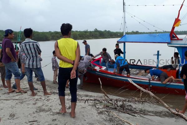 Kapal karam, satu orang nelayan Mukomuko hilang